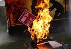 Symulacja gaszenia palącego się monitora.